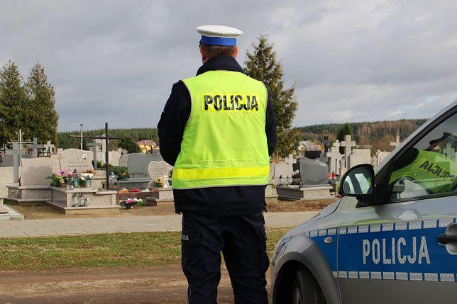 Policjanci kontrolowali zarówno drogi dojazdowe, jak i rejony cmentarzy. Działania prowadzone były również z powietrza.