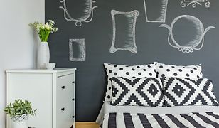 Przełam banał. Wykorzystaj potencjał wolnej ściany nad łóżkiem malując ją farbą, po której da się rysować. I hulaj dusza!