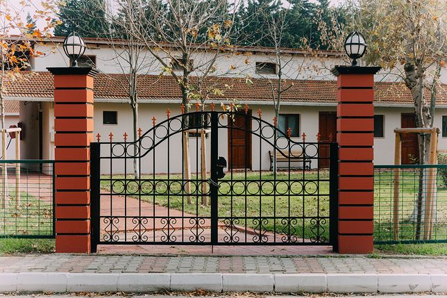 Wybór odpowiedniej bramy to część zadbania o bezpieczeństwo domu