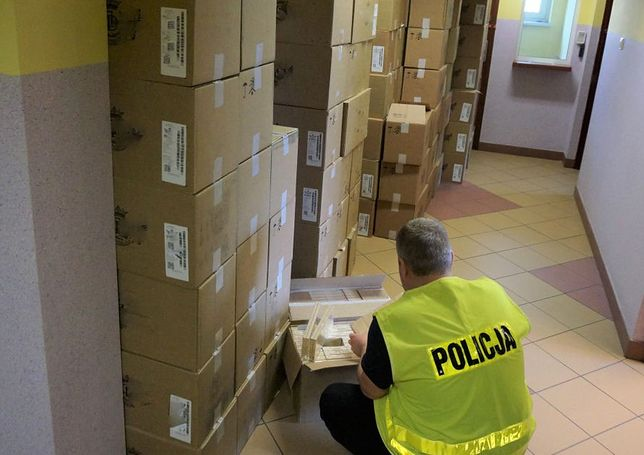Śląskie. W busie zatrzymanym przez policję na A1 w okolicach Woźnik policja znalazła 1,6 mln sztuk nielegalnych papierosów.