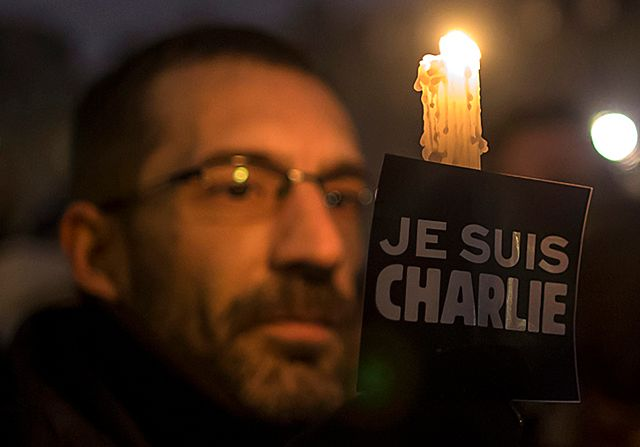 Zwęglony autobus i terror w Paryżu - zdjęcia