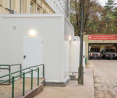 Warszawa. Szpital Bielański: pacjenci w kontenerach