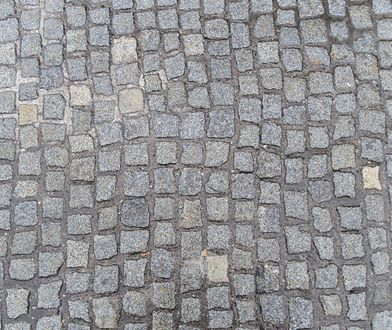 Warszawa. Chodnik ogrodzony metalowym płotem. Trwa spór