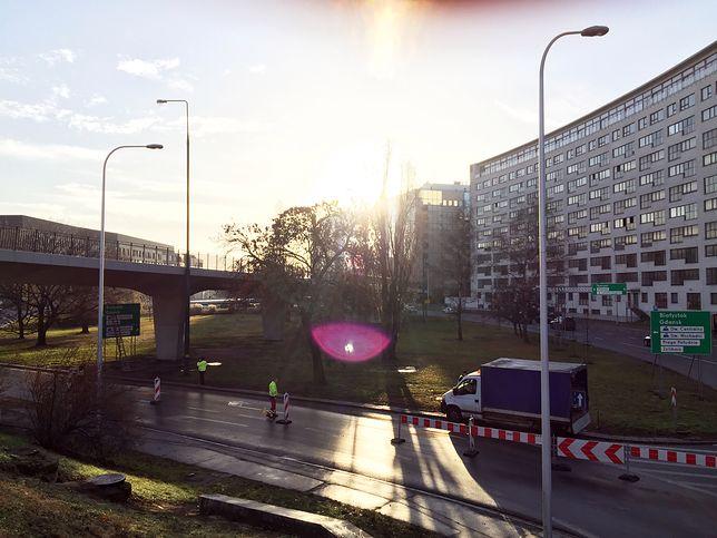 Warszawa. Zamknięty wjazd z Wisłostrady na most Poniatowskiego