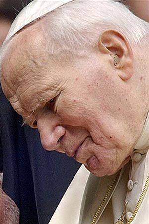 Wierni czekają na relikwie po Janie Pawle II