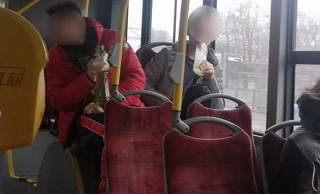 Pijani mężczyźni urządzili awanturę w autobusie. Kierowca nie zareagował