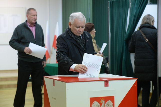 Prezes PiS Jarosław Kaczyński podczas głosowania w obwodowej komisji wyborczej w Szkole Głównej Służby Pożarniczej w Warszawie w 2015 r. Wybory parlamentarne.