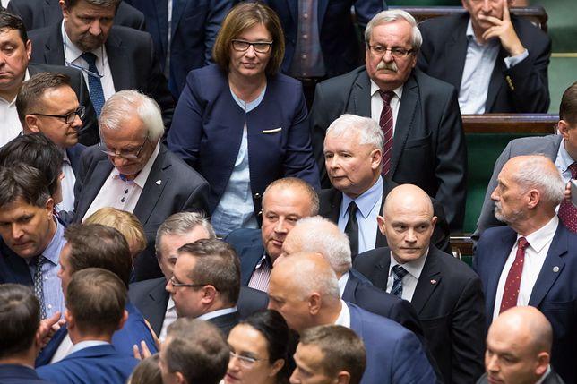 Posłowie PiS wokół Jarosława Kaczyńskiego.
