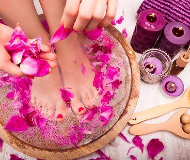 Pedicure domowy, podobnie jak manicure, zrobimy, mając podstawowe akcesoria i przybory do paznokci