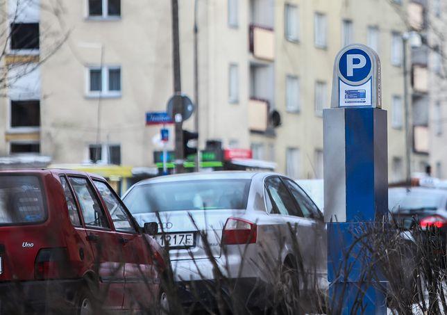Warszawa, parkomat przy u. Smoczej w Warszawie. Ostatnio poszerzono strefę płatnego parkowania w 2013 r.