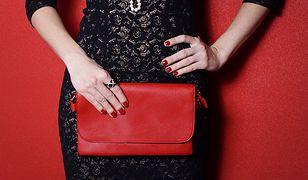 Czerwony kolor bardzo dobrze pasuje do czerni