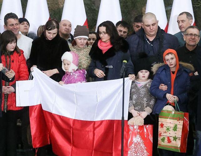 """150 osób przybyło z Kazachstanu do Warszawy. """"Bardzo jestem szczęśliwa, że jesteśmy dzisiaj na tej polskiej ziemi"""""""