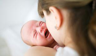 Matka trzyma płaczące niemowlę