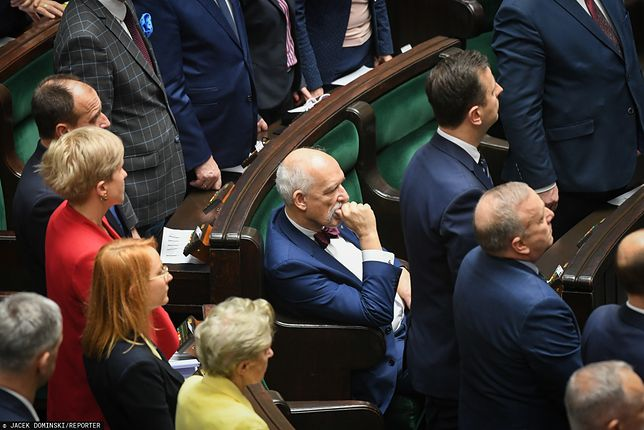 Janusz Korwin-Mikke jako jedyny nie wstał po przyjęciu przez Sejm uchwały ws. kłamstw historycznych Rosji