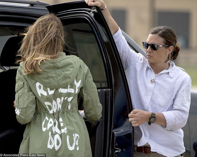"""""""Nie zależy mi, a tobie?"""" - kontrowersyjny napis na kurtce Melanii Trump, odwiedzającej nielegalnych imigrantów, ulokowanych tymczasowo w Teksasie."""