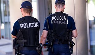 Policjanci nie mogą wkładać rąk do kieszeni munduru i spodni. Chyba, że służbowo...