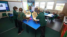 Dzieci uczą się w klasach na stojąco i ma być to sposób na walkę z otyłością. Zapytaliśmy ekspertów co o tym sądzą