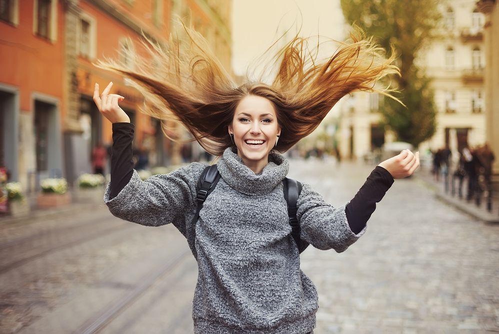 Jak utrzymać blask przez cały rok – kosmetyki do pielęgnacji włosów jesienią