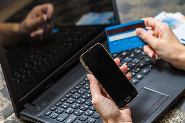 Fałszywe sklepy podrabiają opinie klientów. Jak się przed nimi chronić?