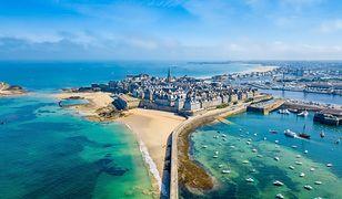 Miejscowość Saint-Malo w całości otoczona murem obronnym to jedna z atrakcji Bretanii