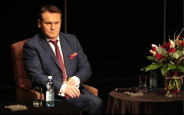 Hipokryzja posła PiS. Dominik Tarczyński pobiera poselskie uposażenie. Mamy potwierdzenie