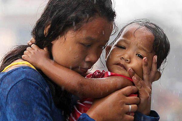 Matka z dzieckiem w mieście Tacloban na Filipinach