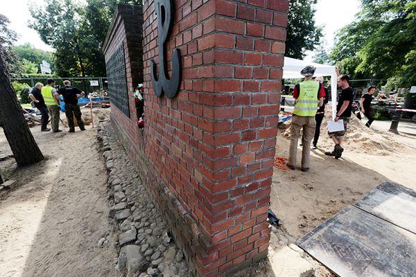 Ekshumacje ofiar terroru komunistycznego na tzw. Łączce na stołecznych Powązkach Wojskowych