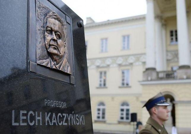 """Remont dziedzińca przed ratuszem. Głaz Lecha Kaczyńskiego """"ukryty"""" przed konserwatorem?"""