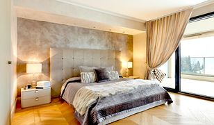 W sypialni po obu stronach łóżka najczęściej stawiamy lampki nocne dające miękkie światło