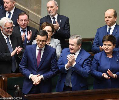 Mateusz Morawiecki w otoczeniu ministrów.