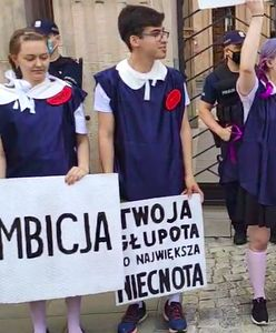 """""""Gruntujemy cnoty niewieście"""". Protest przed MEN przeciwko Czarnkowi"""