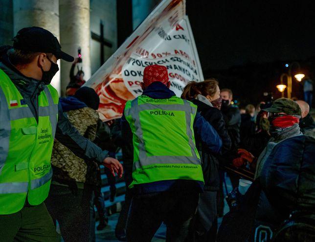 Strajk kobiet. Przed katedrą Chrystusa Króla w Katowicach doszło do przepychanek