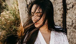 Olej konopny. Jak go zastosować na cerę i włosy? Poznaj intrygujące właściwości esencji