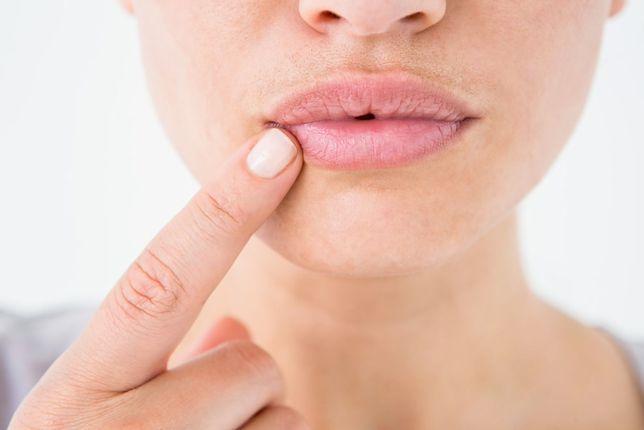 Peeling z miodu i cukru zniweluje problem spierzchniętych warg