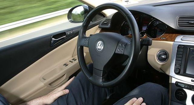 W nowych autach coraz mniej kierowcy