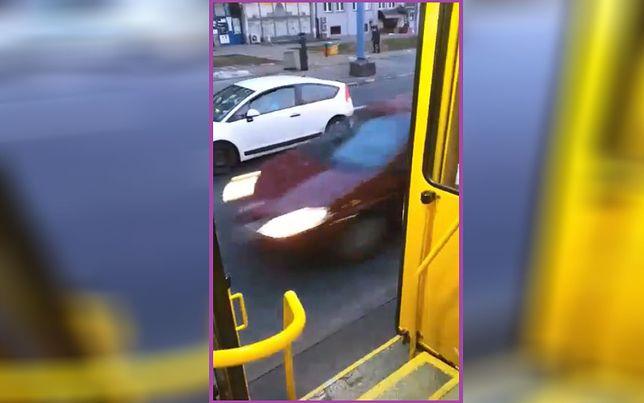 Stołeczny tramwaj z uszkodzonymi drzwiami
