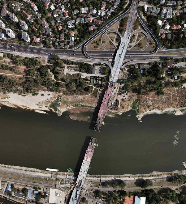 Na moście Łazienkowskim praca wre. Chcą zdążyć do końca października