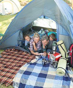 Tanie namioty też dają radę. Przydadzą się na rodzinnym biwaku
