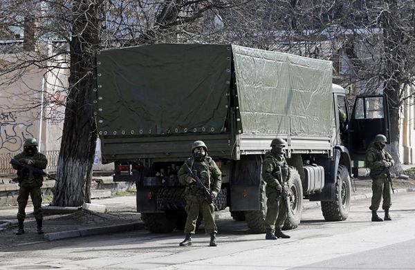 Niezidentyfikowani uzbrojeni mężczyźni w centrum Symferopola