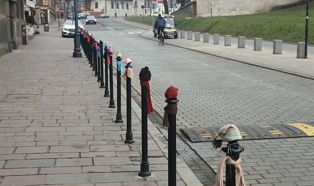 Mieszkańcy założyli na słupki szaliki i czapki. Nietypowa forma protestu