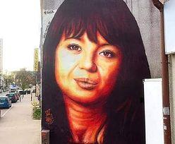 Mural na cześć Anny Przybylskiej podzielił internautów. Kogo przypomina?