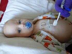 Matka karmi piersią swoją córeczkę, by pomóc jej przejść przez chemioterapię