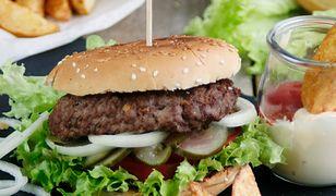 Domowy hamburger z dodatkami