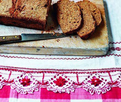 Chleb orkiszowy na zakwasie z chrupiącą cebulką. Domowe pieczywo, które kusi zapachem