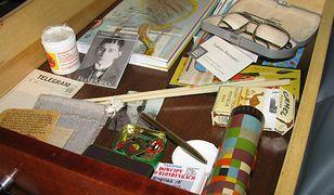 Co kryła szuflada Tadeusza Różewicza? Kalejdoskop, pałeczki i broszurę z dowcipami