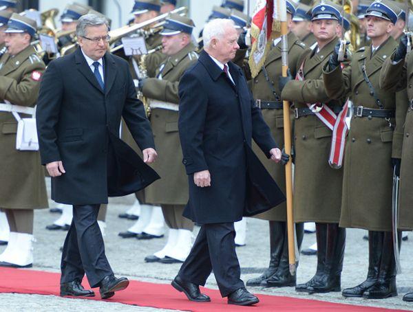 Prezydent Bronisław Komorowski podczas powitania gubernatora generalnego Kanady Davida Johnstona