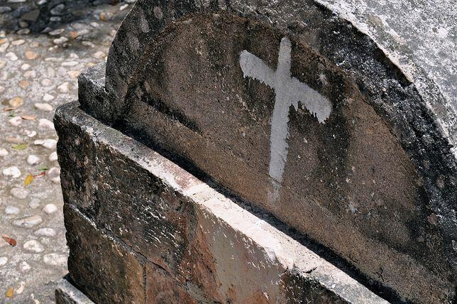 Dewastacja grobu Zbigniewa Staniewicza na Wszystkich Świętych. Zostawiono butelki po piwie