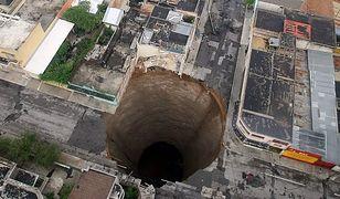 """Monstrualna dziura w samym centrum miasta. """"Sklepienie potężnej jaskini nie wytrzymało"""""""