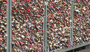Na moście Hohenzollernów kłódki miłości ważą już 40 ton