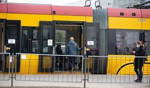 Warszawa. Mężczyzn potrącony przez tramwaj na Racławickiej. Rzuciło go między tory